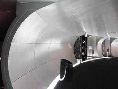 昔のSF 映画の宇宙船内部的な映画館