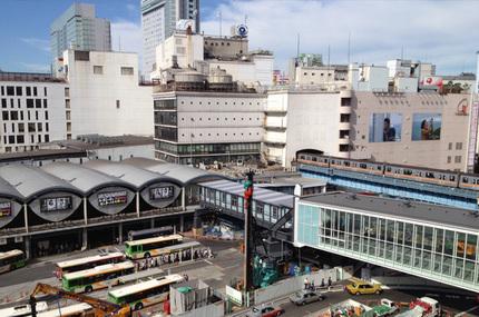 左のカマボコ屋根の下が現東横線のホーム、右のオレンジラインの電車が地下鉄銀座線です(笑)