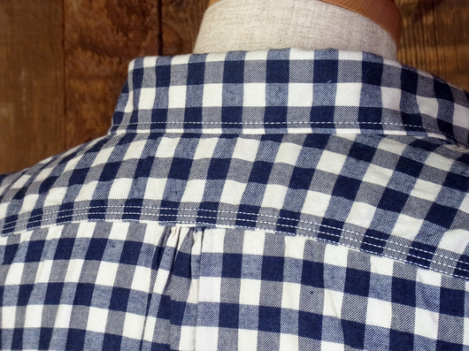 内側に縫い付けたタグのステッチが露出しないところに作り手の配慮を感じます